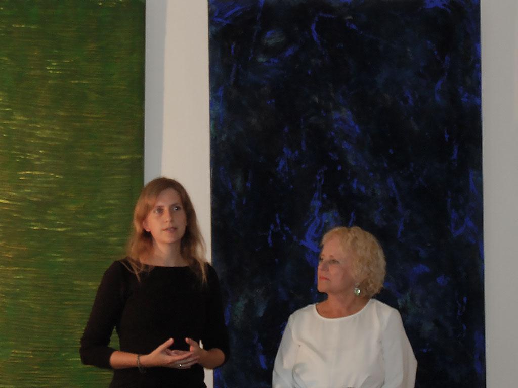 Alles ist Farbe. Ausstellungseröffnung: Erika Maria Riemer-Sartory mit der Kuratorin Angeline Schubbe-Focke.