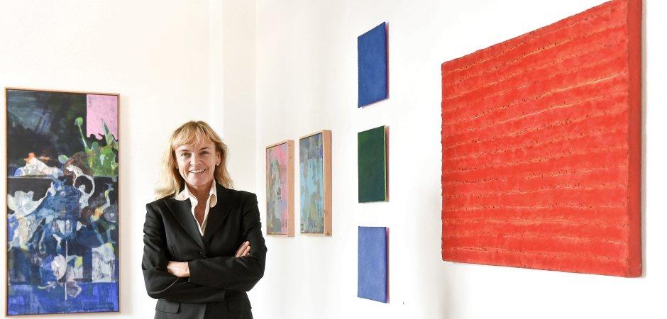 """Galeristin Jutta Kabuth präsentiert """"8 x 2"""" – konträre Positionen von Erika Riemer-Sartory (r., """"Spuren"""") und Lou Favorite (h.l., """"Überwindung"""")."""